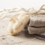 Symbole der Körperpflegereinheit mit Naturholz und Kalkstein Stockfotos