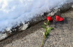 Symbole der Liebe in einer Winterszene Stockfotografie