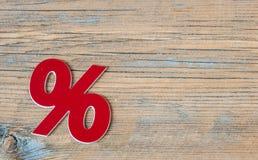 symbole des pour cent sur le fond en bois Photos stock
