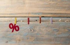 symbole des pour cent sur le fond en bois Images libres de droits