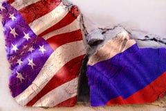 Symbole des relations de crise entre les pays Bois carré de rondin avec des drapeaux des Etats-Unis et de la Russie Images stock
