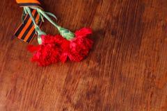 Symbole des Sieges in der großer patriotischer Rotblume des Krieges zwei und in George-Band Lizenzfreies Stockfoto