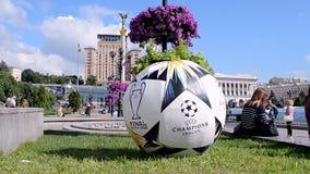 Symbole des UEFA-Meister-Liga-Schluss-2018 in Kiew, Ukraine, stock video footage