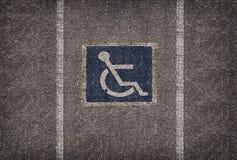 Symbole do estacionamento da cadeira de rodas no parque de estacionamento Imagem de Stock