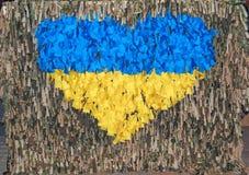 Symbole du coeur dans les couleurs du drapeau ukrainien Image stock