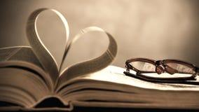 Symbole du coeur des pages d'un vieux livre Photo conceptuelle dans le style de vintage Images libres de droits