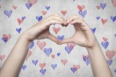 Symbole du coeur et de l'amour faits avec des mains Photographie stock
