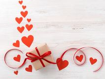 Symbole du jour du ` s de Valentine - boîte-cadeau en papier brun de papier d'emballage avec r Images stock
