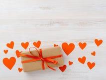 Symbole du jour du ` s de Valentine - boîte-cadeau en papier brun de papier d'emballage avec r Photos libres de droits