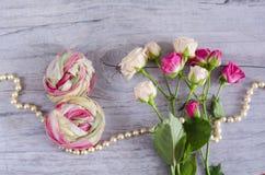 Symbole du 8 mars où le chiffre des huit est fait de la dernière écharpe en soie Peut être employé comme carte postale décorative Photographie stock