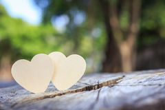 Symbole en bois lumineux de coeur sur le tronçon d'arbre Arbre ou économies d'amour Photographie stock libre de droits