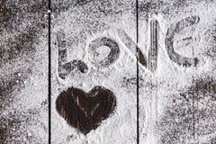 Symbole en forme de coeur avec du sucre en poudre Images stock