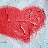 Symbole en forme de coeur rose sur le mur en béton Images libres de droits