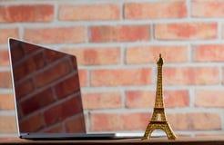 Symbole et ordinateur portable de Tour Eiffel Photo stock