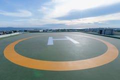 Symbole für Hubschrauberparken auf dem Dach eines Bürogebäudes stockbild