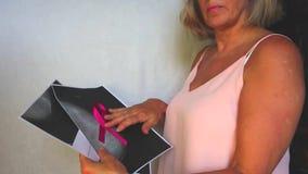 Symbole international de mois de conscience de cancer du sein en octobre L'espace rose de copie de conscience de ruban de satin L banque de vidéos