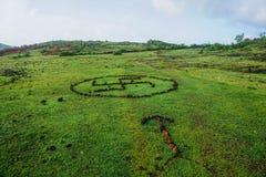 Symbole kamienie na zielonej trawie obrazy stock