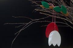 Symbole Martenitsa de ressort ou martisor se composant des morceaux rouges et blancs, traditionnels pour la Roumanie, Moldau, Bul photo stock