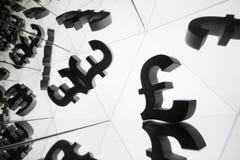 Symbole monétaire britannique avec beaucoup d'images reflétantes de lui-même photos libres de droits