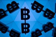 Symbole monétaire de Bitcoin avec beaucoup d'images reflétantes de lui-même illustration stock