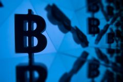Symbole monétaire de Bitcoin avec beaucoup d'images reflétantes de lui-même illustration de vecteur