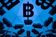 Symbole monétaire de Bitcoin avec beaucoup d'images reflétantes de lui-même illustration libre de droits