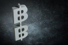 Symbole monétaire de Bitcoin avec la réflexion de miroir sur Dusty Background foncé illustration stock