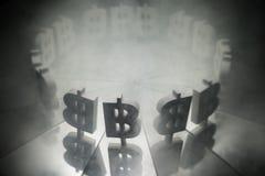Symbole monétaire de Bitcoin sur le miroir et couvert dans la fumée images libres de droits