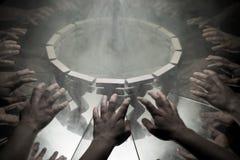 Symbole monétaire de roupie indienne sur le miroir et couvert dans la fumée photos libres de droits