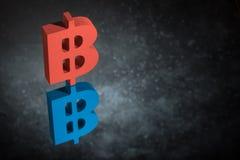 Symbole monétaire rouge et bleu de Bitcoin avec la réflexion de miroir sur Dusty Background foncé illustration libre de droits