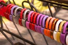 Symbole multicolore de serrures de l'amour sur la barrière Images libres de droits