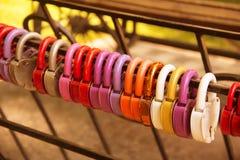Symbole multicolore de serrures de l'amour sur la barrière Photo stock