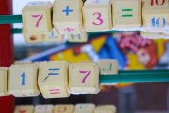 Symbole na drewnianych blokach i liczby Mathematics dla dzieci obraz royalty free