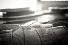 Symbole passé de film de temps, objets évocateurs de bobine de film de 35 millimètres Photo stock