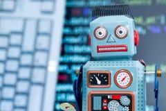 Symbole pour un chatbot ou un bot social et algorithmes, code de programme à l'arrière-plan images libres de droits