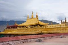Symbole religieux d'or sur un temple Photo stock