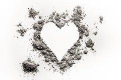 Symbole romantique d'amour de coeur fait en cendre, poussière ou sable Photo stock