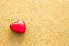 Symbole romantique de coeur sur la plage Photos stock