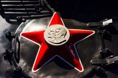 Symbole rouge d'étoile de l'URSS avec un profil des visages de Lénine et de Stalin Russie St Petersburg Chemins de fer de musée d Images stock