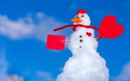 Symbole rouge d'amour de coeur de bonhomme de neige extérieur. Hiver. Photographie stock