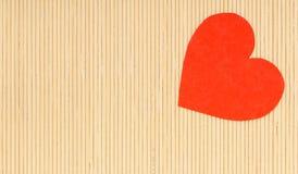 Symbole rouge d'amour de coeur le jour en bambou beige de valentines de tapis Image libre de droits