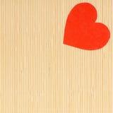 Symbole rouge d'amour de coeur le jour en bambou beige de valentines de tapis Images stock
