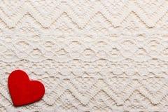 Symbole rouge d'amour de coeur sur le fond de dentelle Photos stock