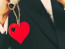 Symbole rouge d'amour de coeur sur le fond masculin de costume Image libre de droits