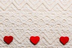Symbole rouge d'amour de coeurs sur le fond de dentelle Photos stock