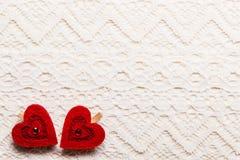 Symbole rouge d'amour de coeurs sur le fond de dentelle Image stock
