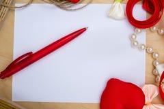 Symbole rouge de coeur de jour du ` s de Valentine, fond romantique, concepteur Photographie stock libre de droits