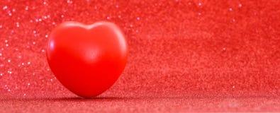Symbole rouge de coeur pour l'amour et le jour de valentines heureux Photos stock