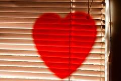 Symbole rouge de coeur sur des abat-jour pour le jour du ` s de valentine Image stock