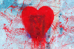 Symbole rouge de graffiti de forme de coeur sur le mur Image libre de droits